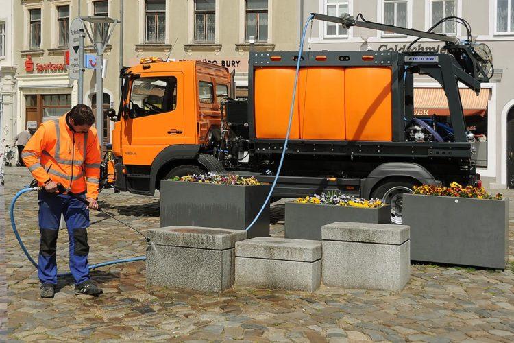 Das Tanksystem FTS6600 von Fiedler mit Schwenkarm ist für alle kommunalen Reinigungsarbeiten geeignet.