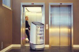 Serviceroboter fahren selbständig Aufzug und können so eine entscheidende Rolle spielen, um Menschen bei ihren Aufgaben zu unterstützen.