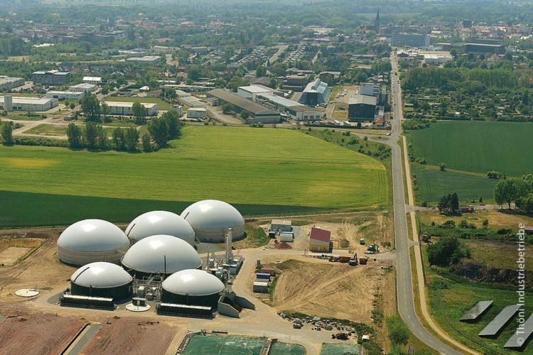 Grüne Energie für die grüne Stadt Staßfurt: Christian Schüler, Wirtschaftsförderer der Stadt Staßfurt, und ein Mitarbeiter von MVV Umwelt, das die Biomethananlage gebaut hat und betreibt, hatten die Idee, das Projekt auf den Weg zu bringen.