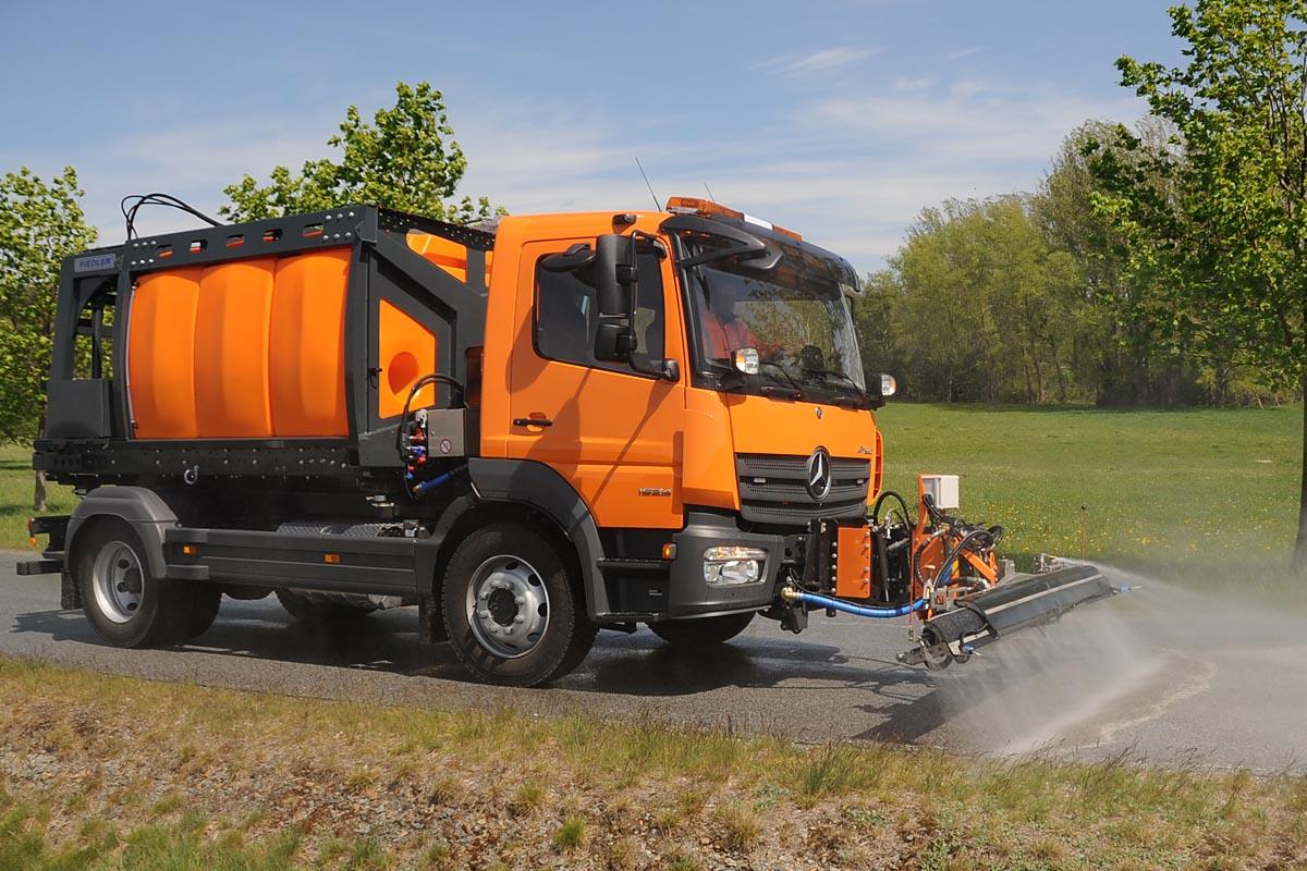 Tanksystem FTS6600 von Fiedler mit Schwemmbalken FSB2500 für die Straßenreinigung