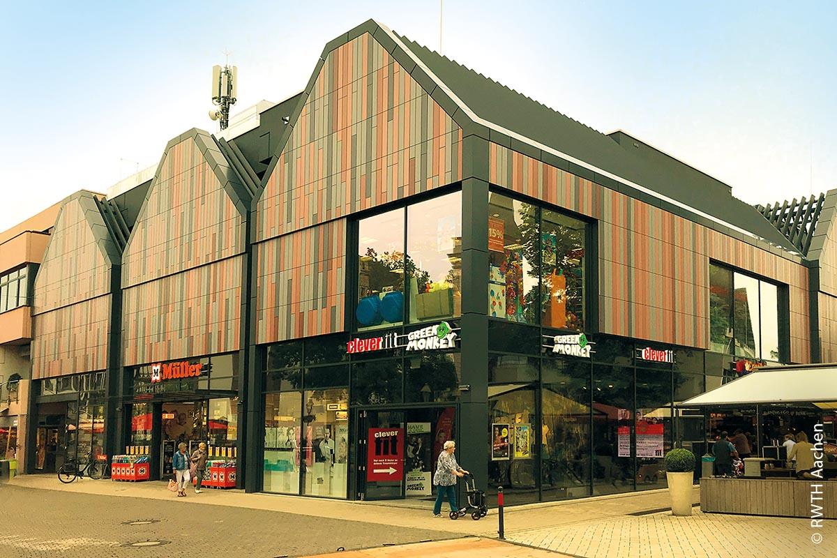 Durch Umnutzung beherbergt das frühere Hertie in Höxter nun mehrere kleinere Läden wie eine Drogerie und ein Fitnessstudio.