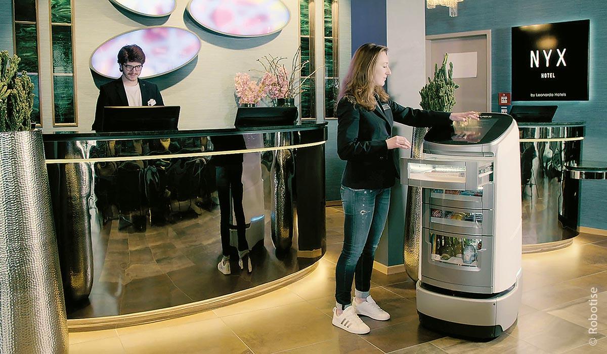 Jeeves ist als Butler mit Getränken in den Münchner Hotels Nyx und Rilano aktiv gewesen.