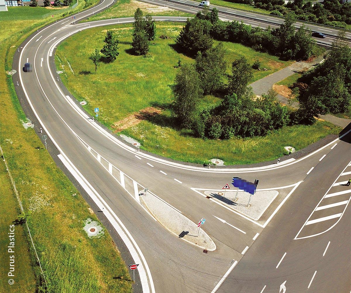 Die breiten, durch Ecoraster verstärkte Bankette schützen den Straßenrand vor vorzeitigen  Beschädigungen.