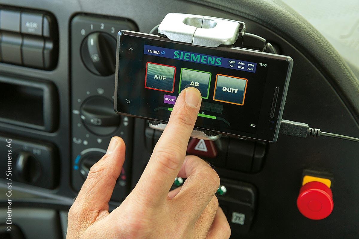 Sobald der Scanner eine Oberleitung erfasst, stehen die Stromabnehmer zum Anbügeln bereit und können je nach Betriebsmodus automatisch oder auch manuell per Knopfdruck angehoben werden.