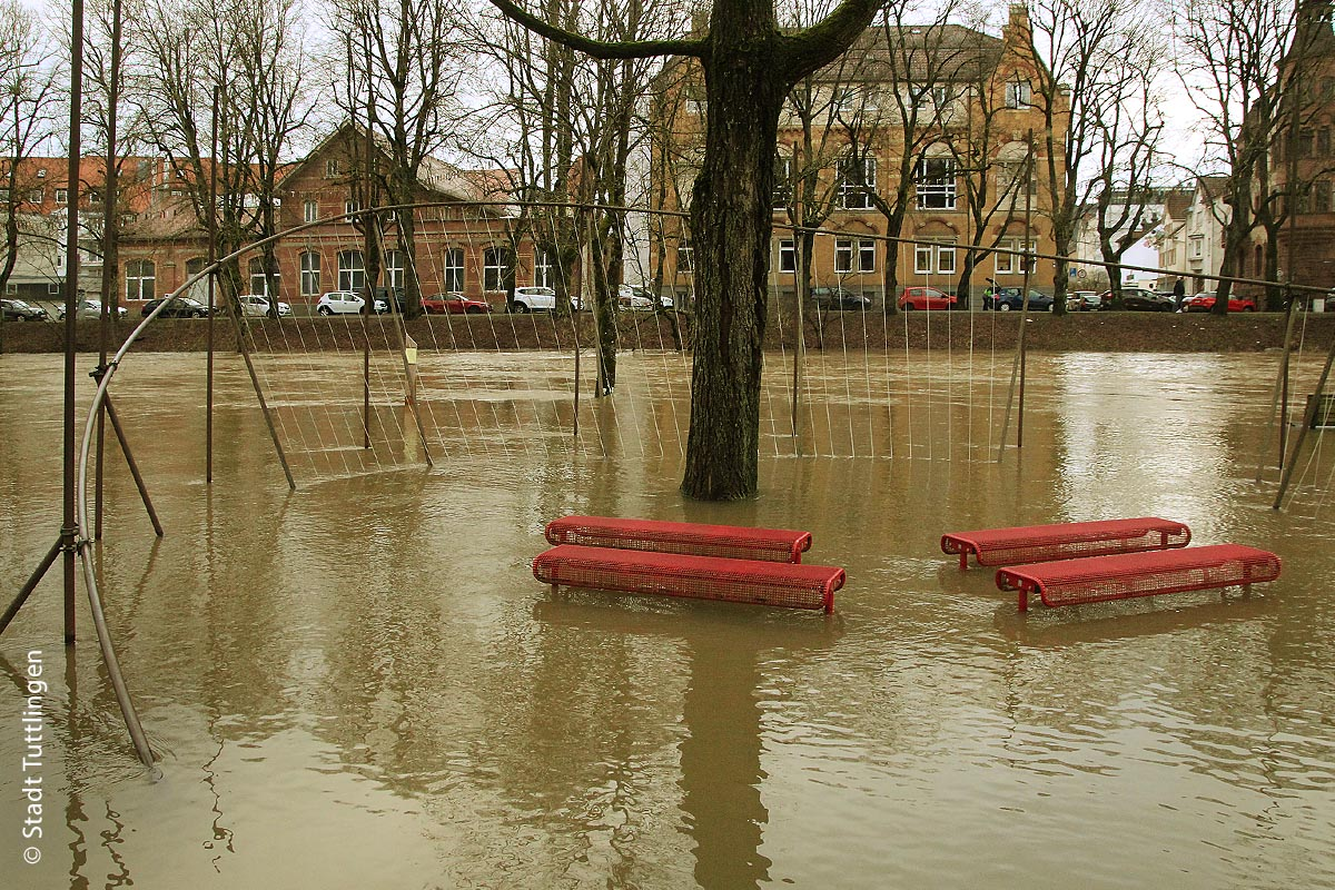 Der Donaupark im Januar 2018 unter Wasser: Im Sommer stehen die Bänke im Normalfall an grünen Hopfenranken.