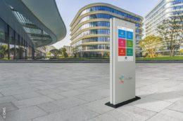 Smart-Info-Säulen sind tauglich für Smart Cities, da sie Verbindungen mit der städtischen Infrastruktur ermöglichen.