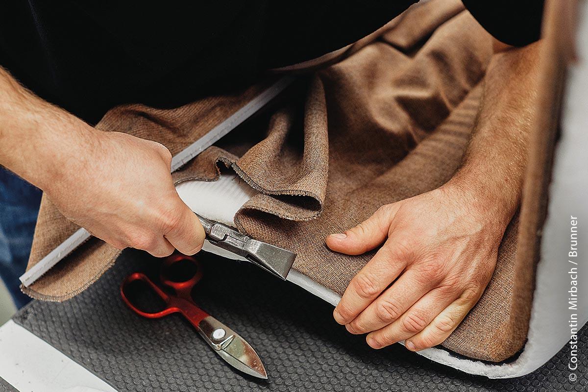 Bei der Brunner GmbH im badischen Rheinau werden funktionale Designmöbel noch mit einem hohen Maß an Handwerkskunst gefertigt. Gut ein Viertel der Mitarbeiter legt wortwörtlich Hand an. Herzstück der manuellen Fertigung ist die Polsterei. Hier sind Geschick, Know-how und Kraft gefragt.