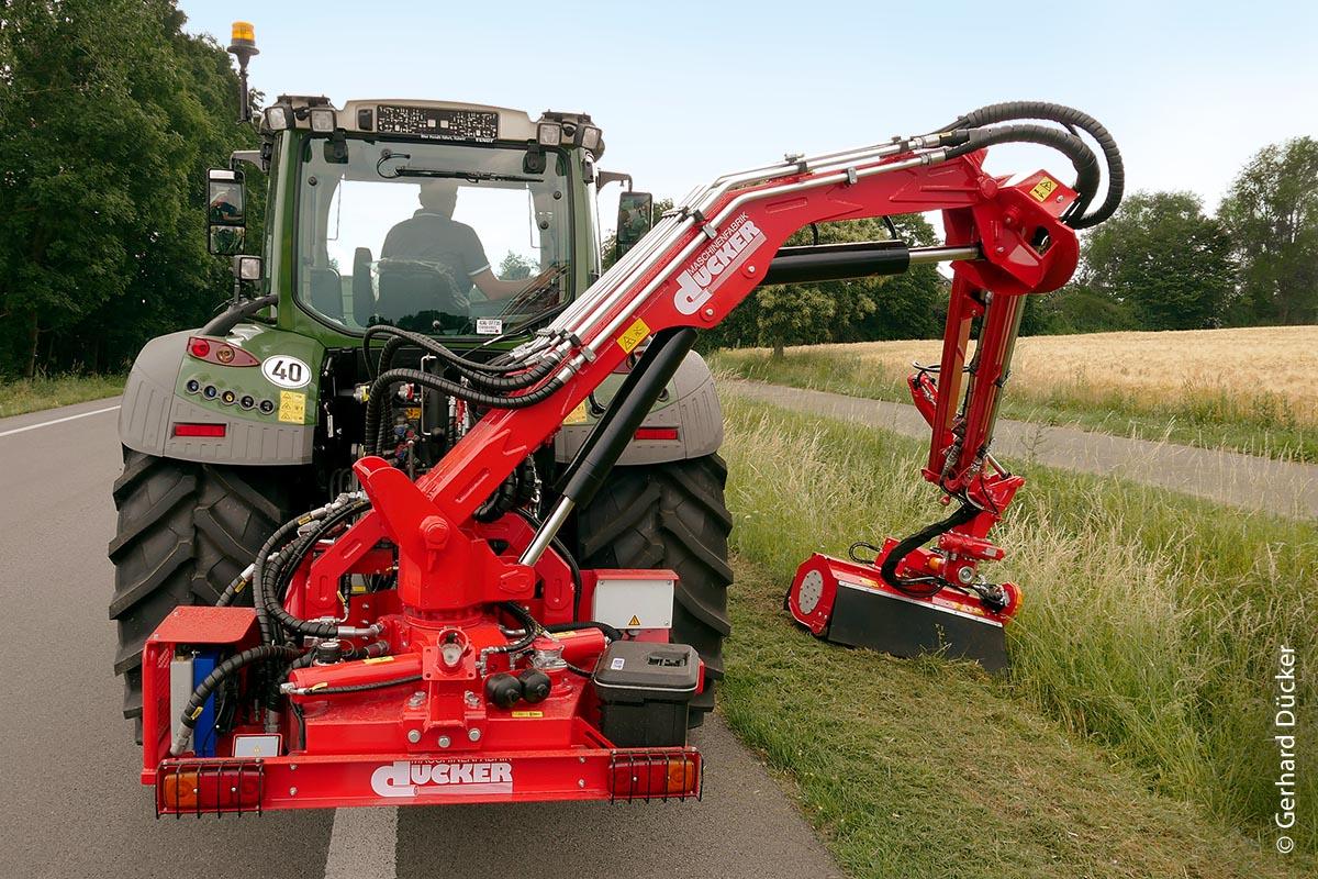 Die Ausleger HDM 600 und 700 von Dücker sind für den Heckanbau an Traktoren konzipiert und können so weit nach vorne gesetzt werden, dass der Fahrer den Mähvorgang sitzend in seiner Kabine überwachen kann.