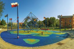 Seitenansicht auf den Spielplatz der Nationen in Magdeburg
