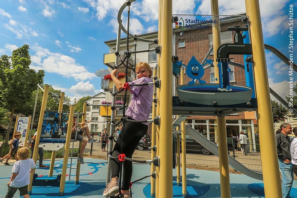 """Willi, der Wassertropfen, bringt kletterfreudigen Kindern spielerisch die Möglichkeiten zur Ressourcenschonung bei. Den Impuls zu dem Projekt lieferte Julia Bach, die in ihrer Bachelorarbeit die Bereiche """"Spielen, Lernen und Digitalisierung"""" zu einem ganz neuen Denkansatz verknüpft hat."""