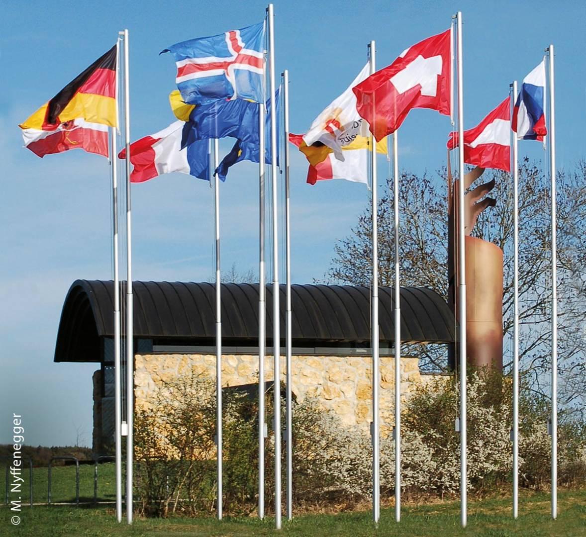 Die Wallfahrtskapelle mit Fahnen aus zwölf europäischen Ländern