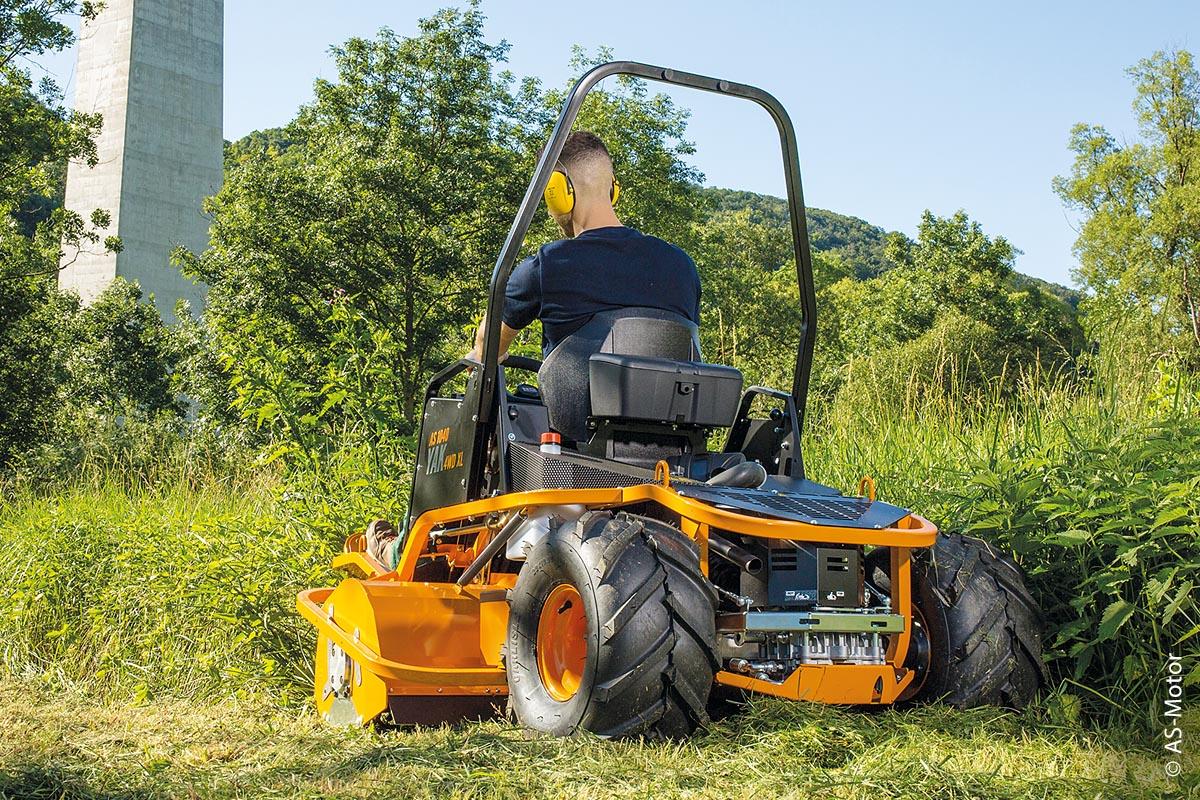Der Aufsitz-Schlegelmäher AS 1040 YAK 4WD XL besitzt eine große Bereifung.