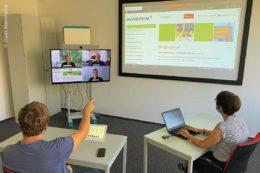 Hybrid-Konferenz zwischen Mitarbeitern der Stadtverwaltung Mannheim und internen und externen Gesprächspartnern, wahlweise im Besprechungsraum, im Büro oder im Homeoffice.