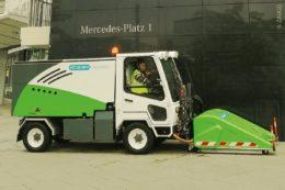 Der spezielle Reinigungskopf des Steambeast-Fahrzeuges enthält eine rotierende Bürste und entfernt mittels heißem Niederdruck-Dampf den Straßenschmutz.