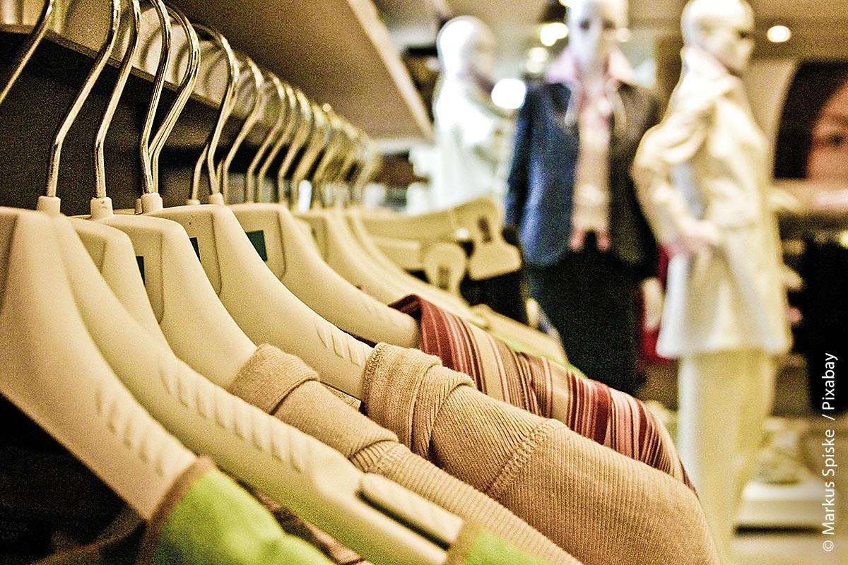 In der Coronakrise ist der Bekleidungshandel besonders stark von der Zurückhaltung der Käufer betroffen. Im Homeoffice verändert sich der Dress-Code und man gibt lieber Geld für anderes aus.