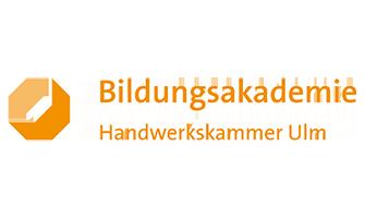 Logo der Bildungsakademie in der Handwerkskammer Ulm. Das Logo hat einen Orangefarbigen Schriftzug.