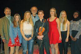Eine Gruppe des Jugendkreistags befasst sich auch mit der Umsetzung eines jährlichen Jugend-Kultur-Preises. Der stellvertretende Landrat Robert Scholz (links) und Organisator Wolfgang Kopf (hinten) mit den Preisträgern 2018 und den beiden Moderatorinnen Sabrin Salifu (rechts) und Paulina Gastl (Zweite von rechts).