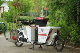 Lastenräder – in manchen Fällen umgebaut – gehören seit einigen Jahren zur kostengünstigen und umweltfreundlichen Möglichkeit, um auch solche Verkehrswege zu nutzen, die für Autos zu schmal oder gesperrt sind.