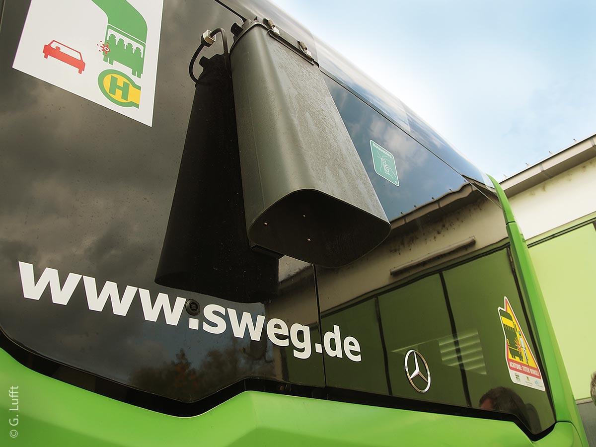 Der fast unscheinbare Wettersensor ist an einer Aluminiumplatte am Heck des Busses angebracht.