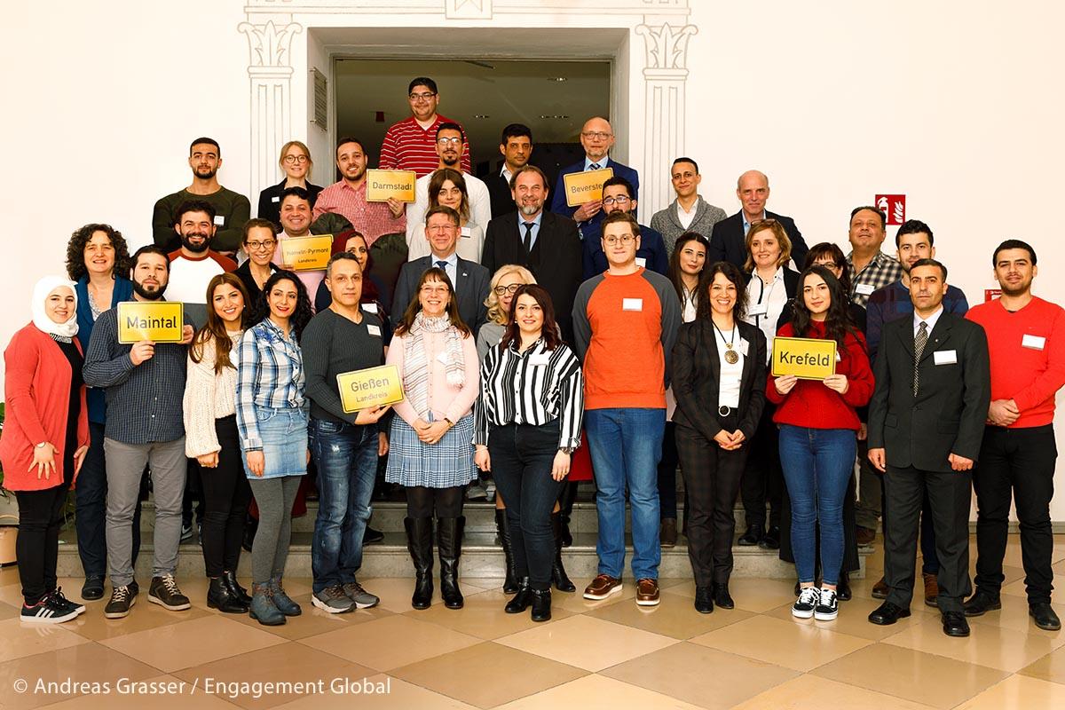 Gruppenfoto der Projektbeteiligten beim Erfahrungsaustausch im Landkreis Donau-Ries. An dem Treffen waren Mitarbeiter des SKEW, Praktikantinnen und Praktikanten sowie Kommunalvertreter anwesend.