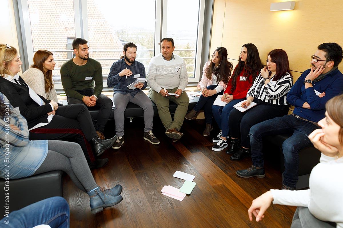 Bei einem Vernetzungstreffen tauschten sich die syrischen Praktikantinnen und Praktikanten untereinander über ihre Erfahrungen in den Kommunen aus.