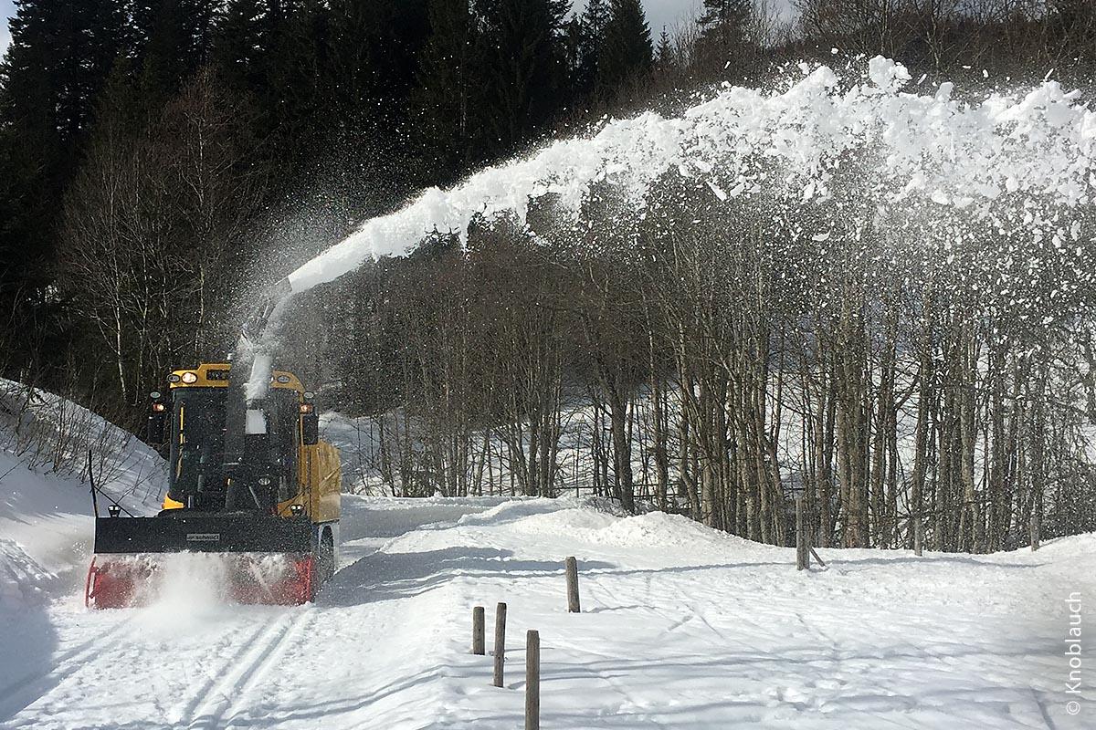 Die Supra 4002 ist eine Schneefrässchleuder der neuesten Generation und als Spezialkonstruktion für Regionen mit sehr großen Schneemengen entwickelt worden. Der Auswurf wird kraftvoll und weit nach außen geschleudert.