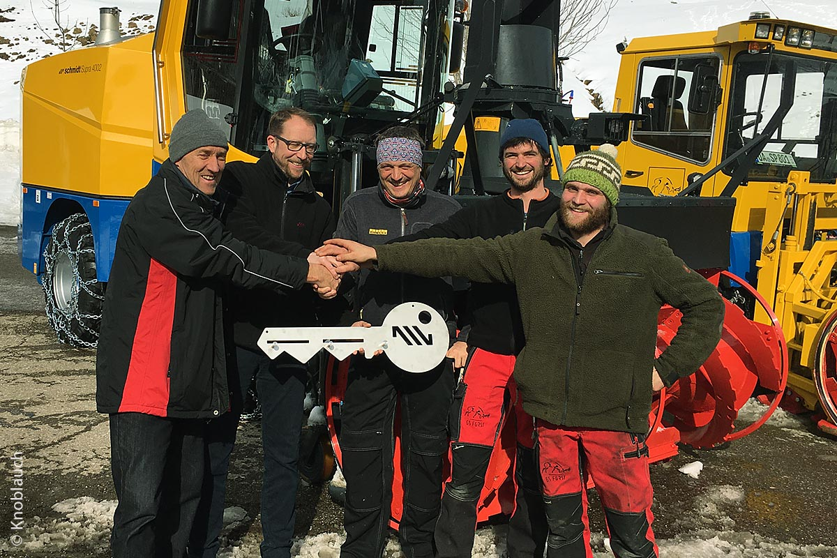 Die Firma GS-Forst nimmt die neue Schneefräse in Empfang.