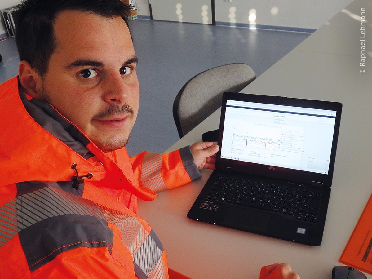 Ein kurzer Blick auf die digitale Stadtkarte zeigt Raphael Lehmann, Geschäftsbereichsleiter Technische Dienste in Offenburg, die aktuelle Straßensituation an.