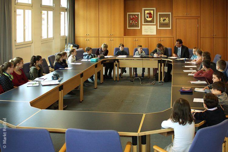 Nein, das ist kein Klassenbesuch im Rathaus beim Bürgermeister, sondern hier hielt der Kindergemeinderat (im Jahr 2018) seine Sitzung in Markt Roßtal ab und besprach verschiedene Punkte der Tagesordnung.