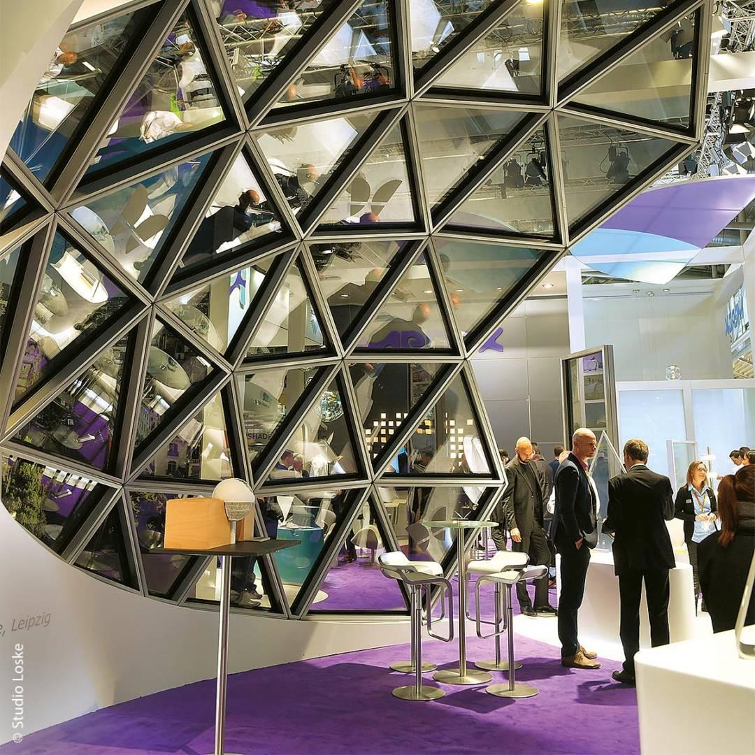 Auch die Vorstellung ungewöhnlicher Fensterbau-Technologien ist Usus auf der Münchner BAU-Messe.