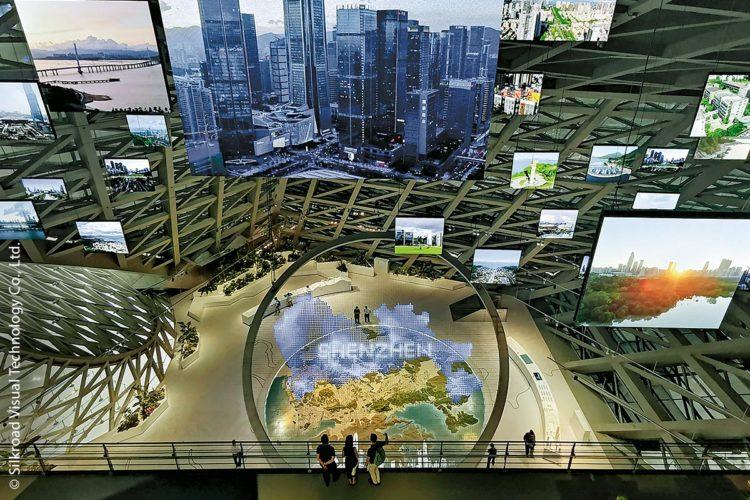 """Die Stadt Shenzhen, eine Metropole mit über zwölf Millionen Einwohnern im Süden Chinas, bietet eine neue Attraktion: das dreistöckige """"MOCAPE – Museum of Contemporary Art & Planning Exhibition"""". Die """"Shenzhen Lens"""", eine beeindruckende, multimediale Installation mit fünfzehn Metern Durchmesser, verbindet dabei alle drei Ausstellungsebenen vertikal miteinander."""
