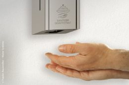 Flexibel, praktisch und hygienisch können die Desinfektionsmittelspender von Franke an der Wand oder an einer mobilen Standsäule montiert werden. Die Spender sind im Design der bewährten Accessoirelinien EXOS (im Bild), RODAN und STRATOS erhältlich.