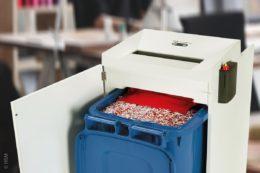 Praktisch, wenn eine Altpapiertonne mit 240 Litern Volumen als Auffangbehälter direkt im Aktenvernichter platziert werden kann.