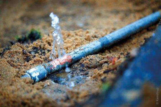 Wenn eine Trinkwasserleitung ein Leck hat, ist es wichtig, das beschädigte Rohr möglichst schnell ausfindig zu machen. Mit dem Ultraschall-Wasserzähler flowIQ 2200 ist so etwas möglich.