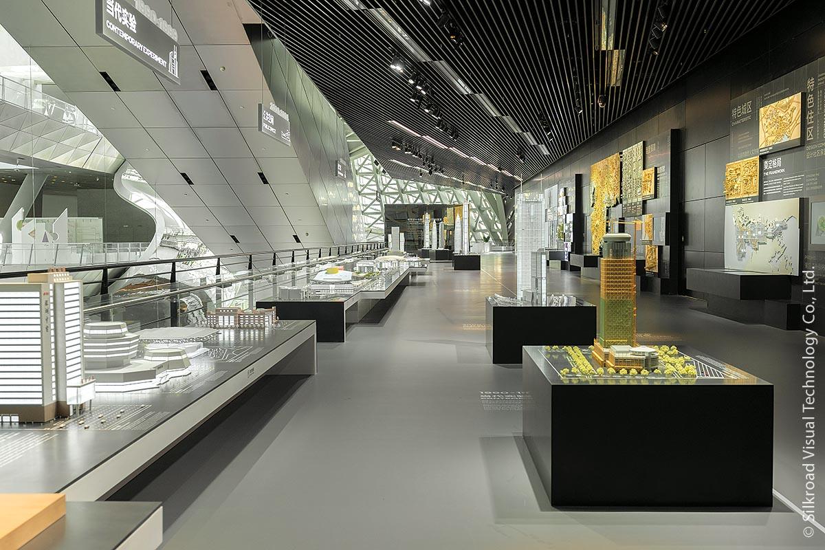 """Unter dem Motto """"Shenzhen is Vitality"""" gliedert sich die Dauerausstellung in drei große Themenbereiche: """"City Co-Existence"""", """"City Co-Construction"""" und """"City Co-Wish"""". Jedem Themenbereich ist eine Etage gewidmet."""