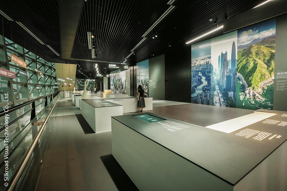 Das Museum of Contemporary Art & Planning Exhibition in Shenzhen wurde vom österreichischen Architekten-Team Coop Himmelb(l)au entworfen. Es besteht aus zwei baulich getrennten Teilen und vermittelt die städtebauliche Geschichte der futuristisch anmutenden Stadt Shenzhen, die von ständigem Wandel und Wachstum geprägt ist.