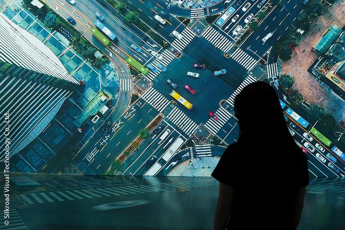 Auch mit leinwandgroßen Stadtaufnahmen, die ungewöhnliche Perspektiven zeigen, wird die Neugier der Besucher geweckt.