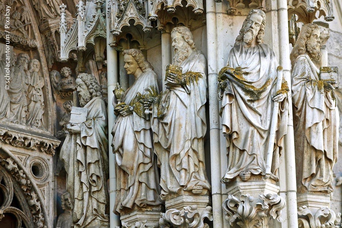 Die Figuren am Dom-Portal in Regensburg sind der ständigen Witterung ausgesetzt. Daher müssen sie alle paar Jahrzehnte gereinigt oder sogar erneuert werden.