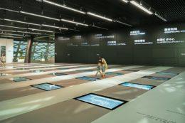 In den Boden eingelassene Monitore erwecken den Eindruck, Shenzhen aus der Vogelperspektive zu betrachten.