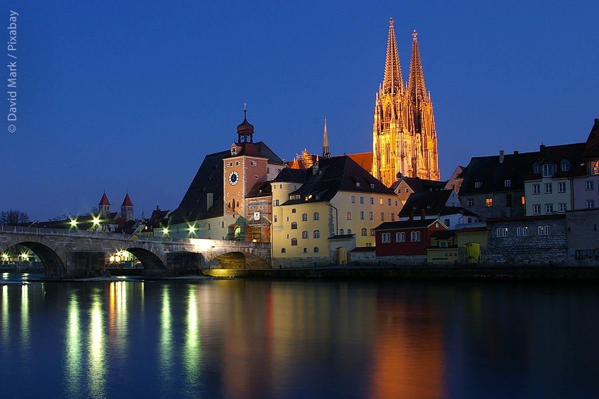 Regensburg am Abend mit beleuchtetem Dom