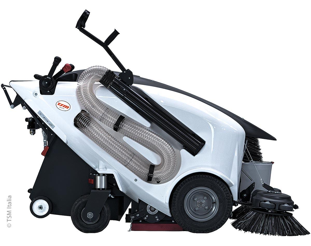 Die elektrische Kehrmaschine Italia 135 ist von TSM. Sie wurde für die Reinigung von Stadtzentren, Gehwegen, Fußgängerzonen und Parks entwickelt und kann mit einer Hand geführt werden.