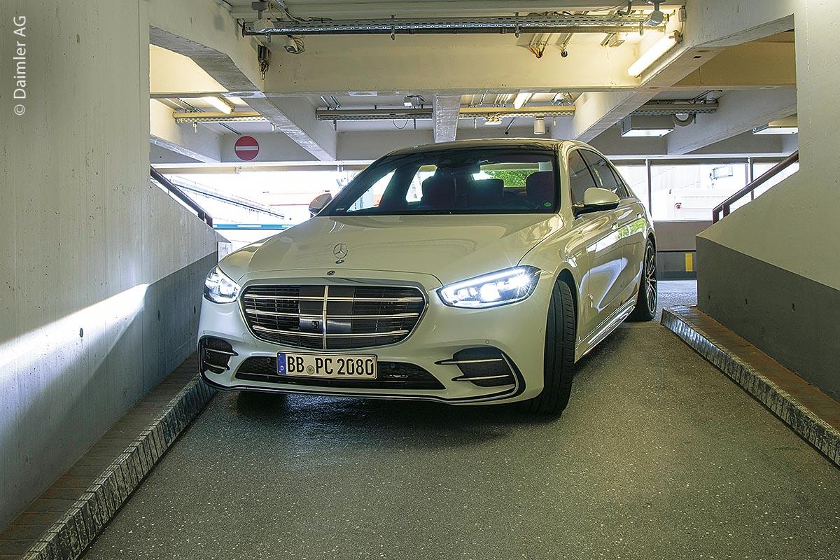 Die neue Mercedes-Benz S-Klasse ist für das vollautomatisierte Parken (Level 41) durch die optionale Assistenzfunktion Intelligent Park Pilot gerüstet.