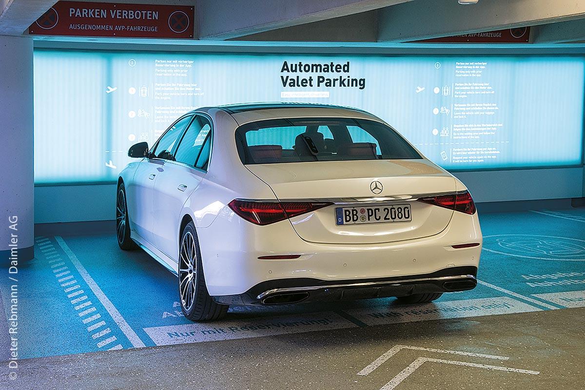 Das vollautomatisierte und fahrerlose Parken ist am Flughafen Stuttgart in der Erprobung. In einer dafür vorgesehenen Zone kann das Fahrzeug bei Bedarf abgestellt werden.