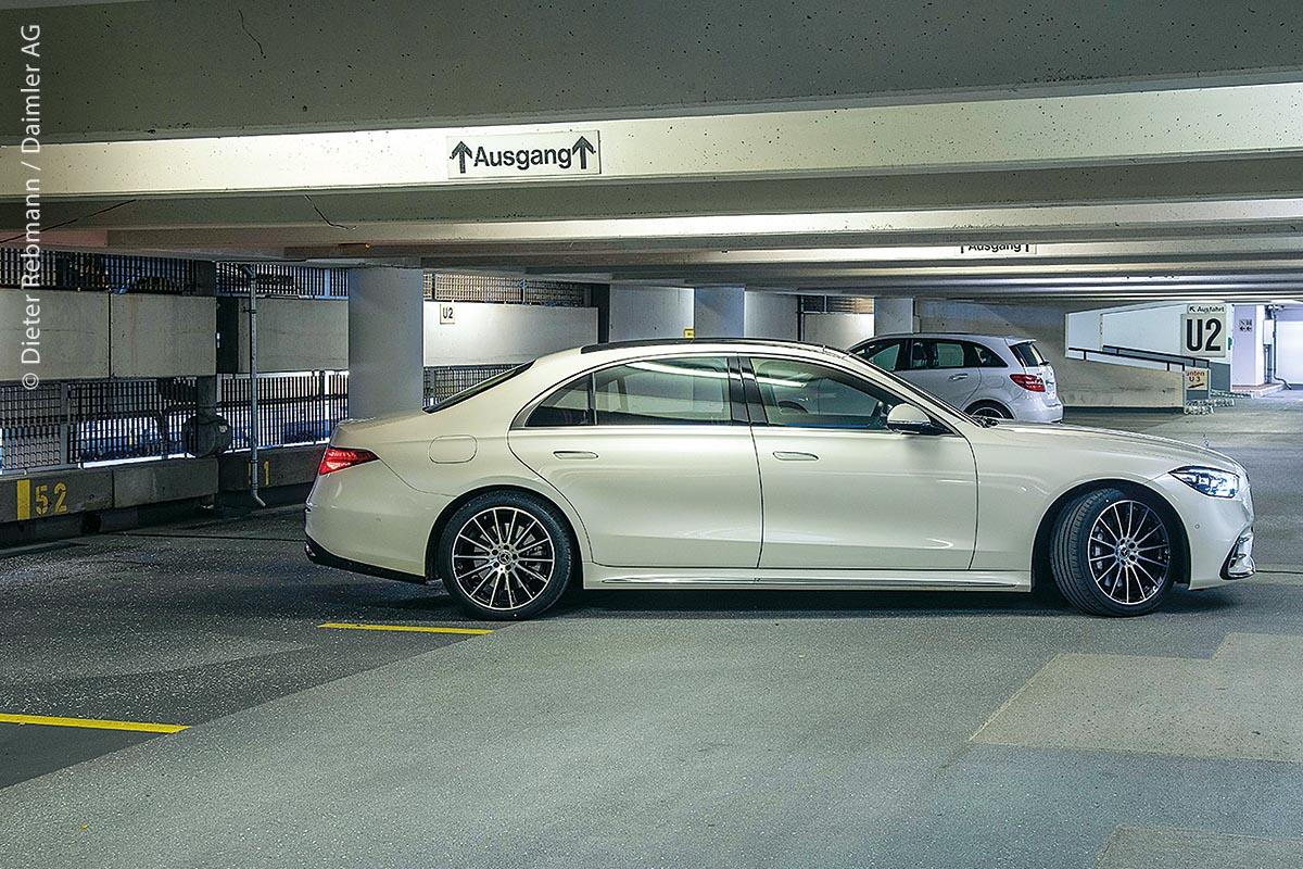 Im Parkhaus P6 am Stuttgarter Flughafen können entsprechend ausgerüstete Autos künftig per Smartphone-Befehl parken.