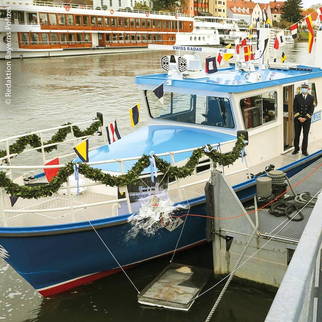 In Regensburg wurde das neue Polizeiboot 'WSP 11' feierlich eingeweiht. Eine  Bootstaufe durfte hier natürlich auch nicht fehlen.