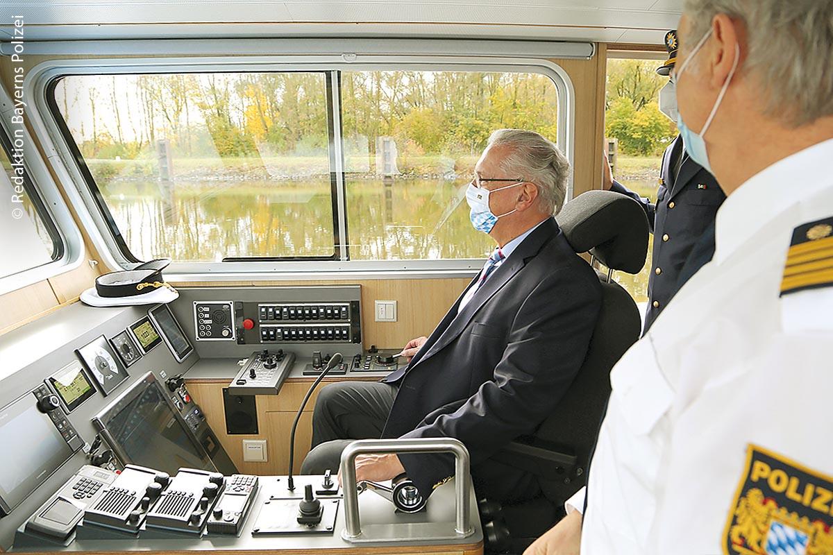 Die Wasserschutzpolizei Regensburg im Einsatz zu Wasser – acht Polizeibedienstete haben einen 88 Kilometer langen Abschnitt der Donau sowie Teilbereiche der Flüsse Naab und Regen im Blick. Bayerns Innenminister Joachim Herrmann setzte sich am Tag der Einweihung auch ans Steuer.