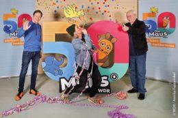 Johannes Büchs, Laura Kampf und Armin Maiwald (von links nach rechts) freuen sich auf den 50. Maus- Geburtstag: Was für ein Jubiläum! Seit der ersten Ausgabe der Lach- und Sachgeschichten am 7. März 1971 erklärt sie Jung und Alt die Dinge des Lebens, bringt Kinder und auch Erwachsene zum Staunen und zum Schmunzeln – heute im Fernsehen, im Radio, in der MausApp, auf die-maus.de und in den Sozialen Medien.