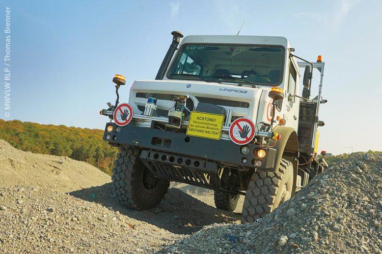 Geländeeinsatz des Unimogs: Eine Mischung aus Stereokamerasystemen und Laserscanner erstellt Geländeprofile der Umgebung und berechnet die optimale Fahrspur.