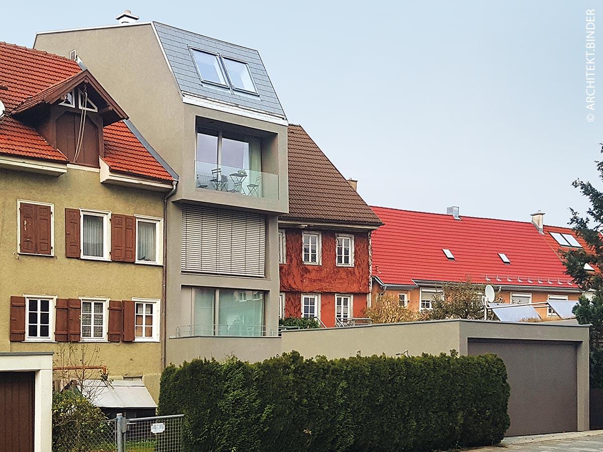 """Das fünfstöckige Stadthaus """"Die Spalte"""" öffnet sich mit seinen fassadenbreiten Fenstern sowohl zur Stadt, als auch zur Donau hin und lässt viel Licht in die Innenräume. Es bietet alle Annehmlichkeiten eines freistehenden Einfamilienhauses, trotz seiner Kompaktheit."""
