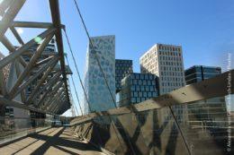 Moderne Architektur mit Brücke im Osloer Stadtteil Bjørvika